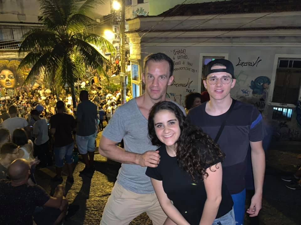 Los estudiantes se tomaron una foto disfrutando de la Samba en Pedra do Sal.