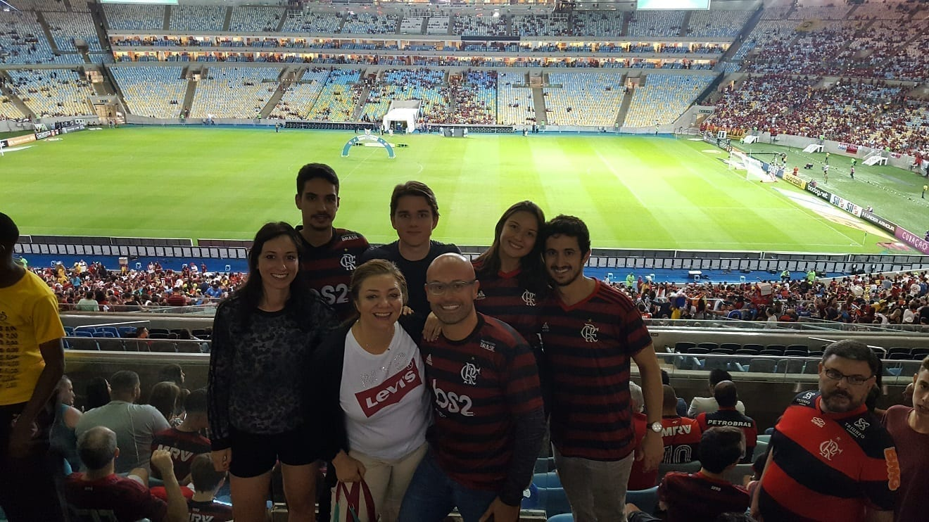 Tied game ta Maracanã. Foreign students and their partners at Maracanã supporting Flamengo.