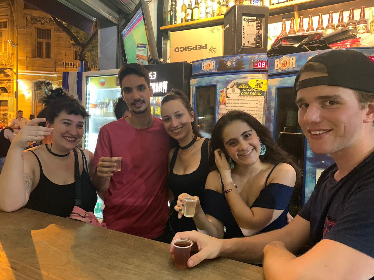 Estudiantes bebiendo cachaça de serpiente en Lapa.
