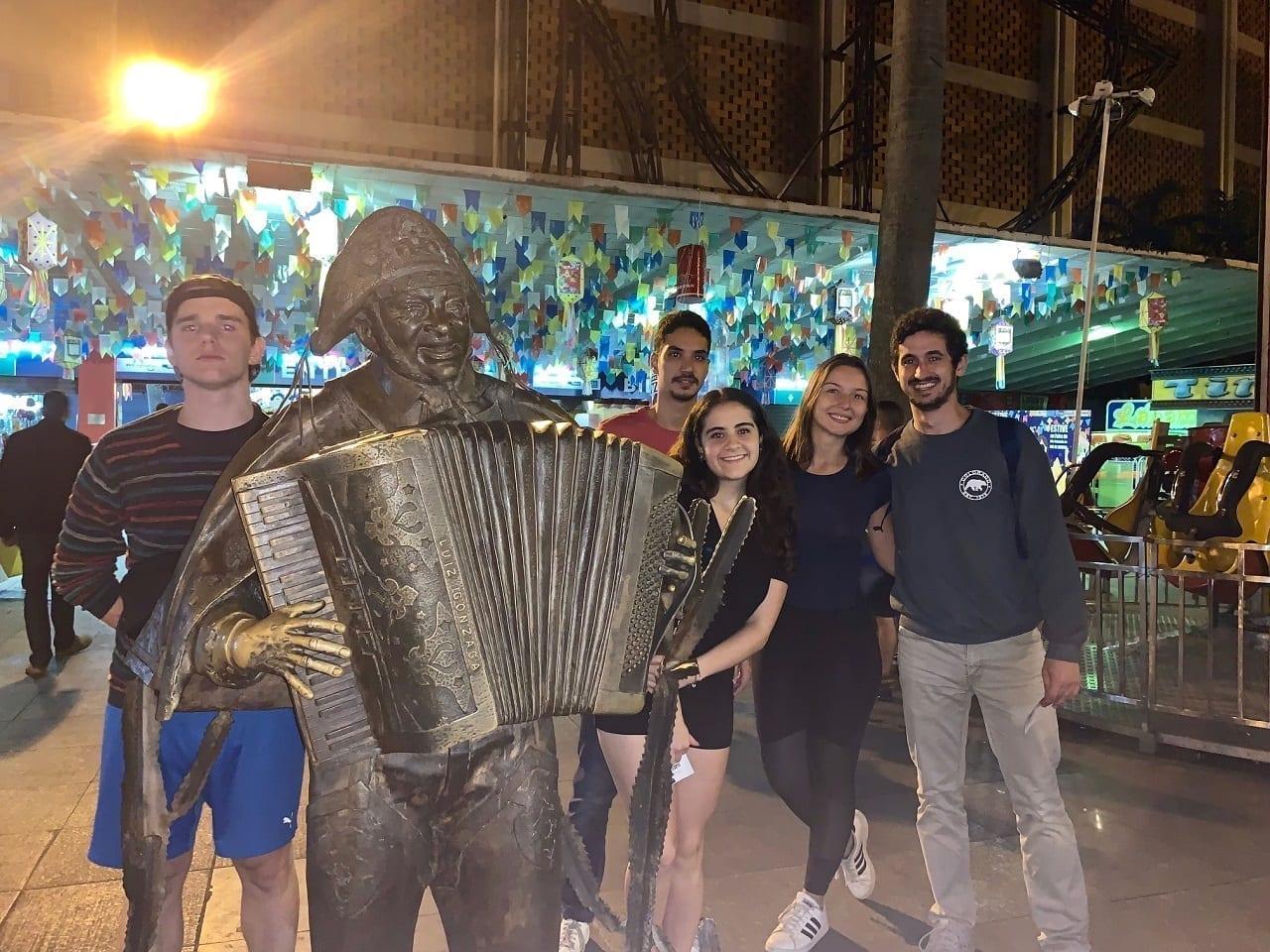 Viernes Noche con amigos en la Feria de San Cristóbal con la estátua de Luiz Gonzaga.