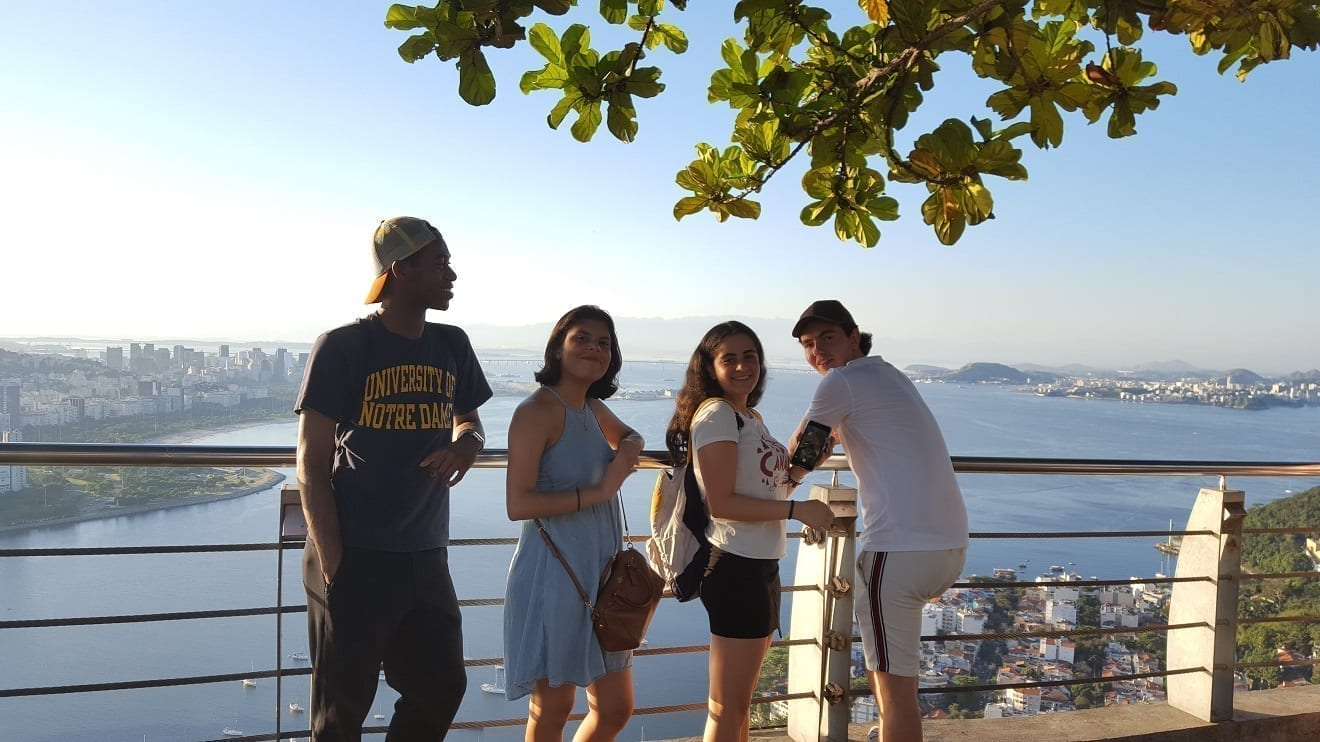 Perfect photo at the Sugarloaf. Students smiling at the top of Pão de Açúcar,