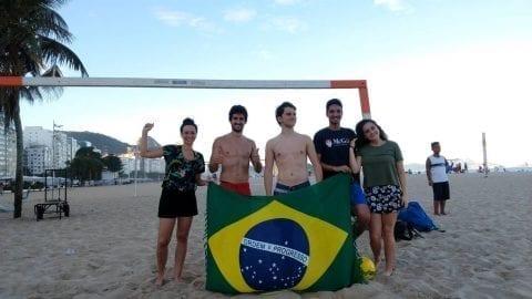 Calentamiento para la Copa América de Brasil en la playa.