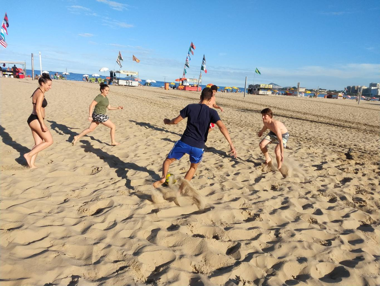 Jugadores habilidosos jugando buenos y reñidos partidos en la playa.
