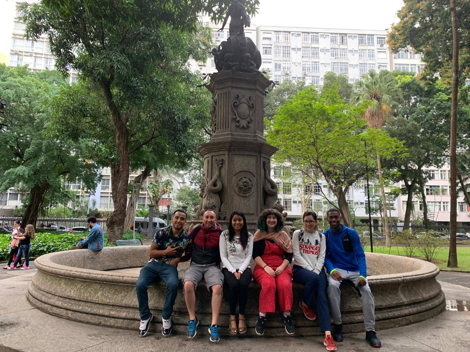 Estudantes na fonte do Palácio do Catete.