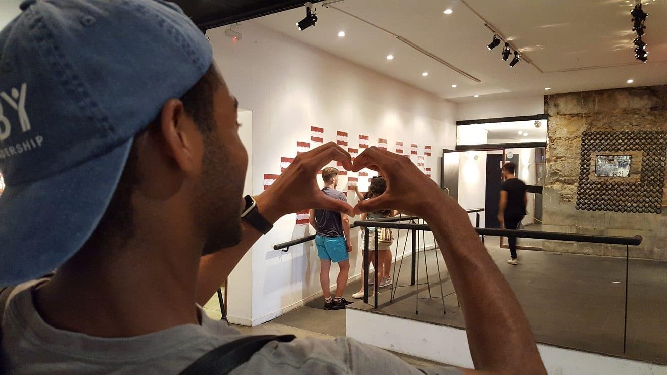 Estudantes curtindo uma exposição no Parque das Ruínas. O amor é o calor que aquece a alma.