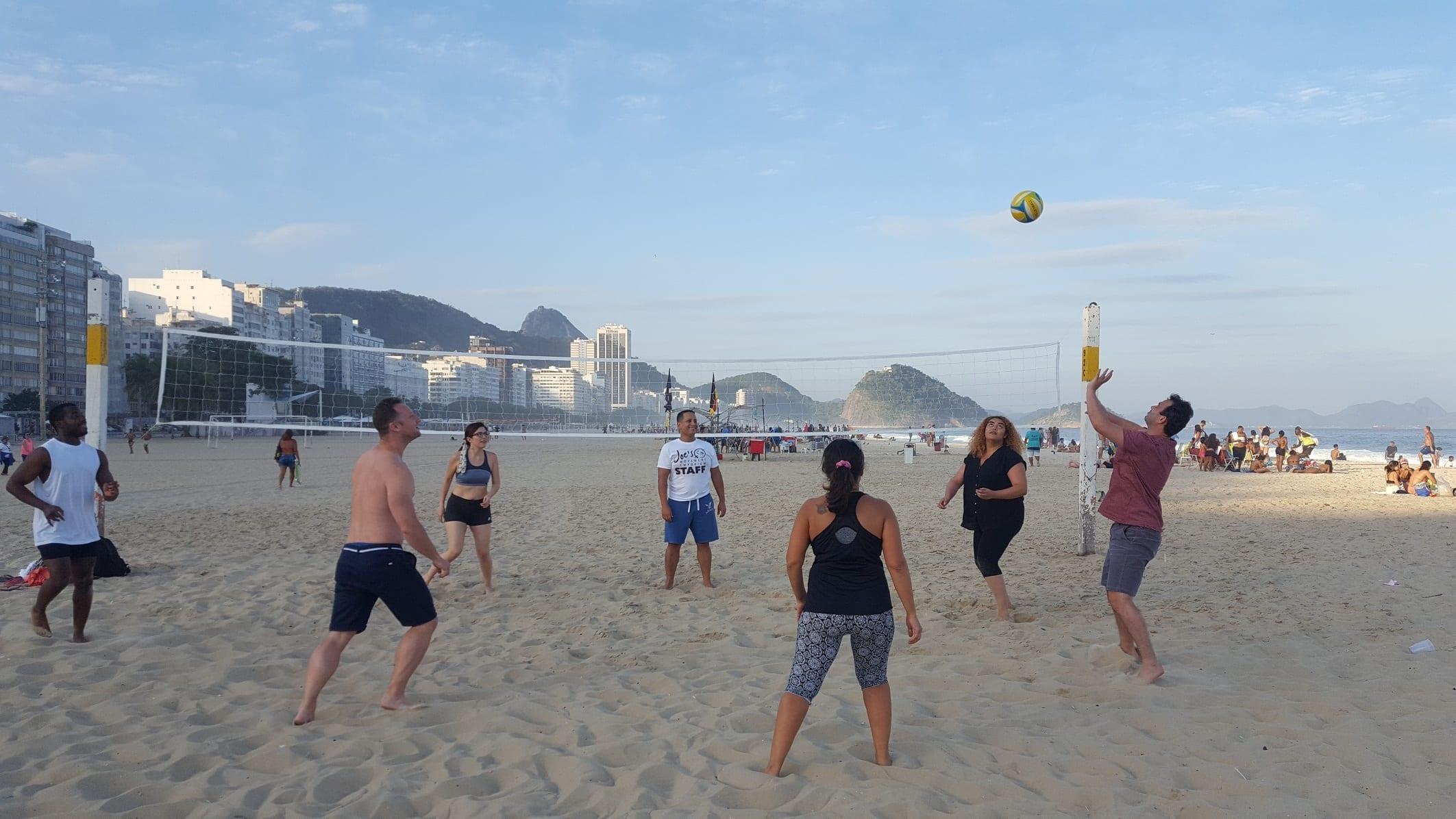 Calentando en Copacabana ante de jugar un partido de beach volley salvaje.