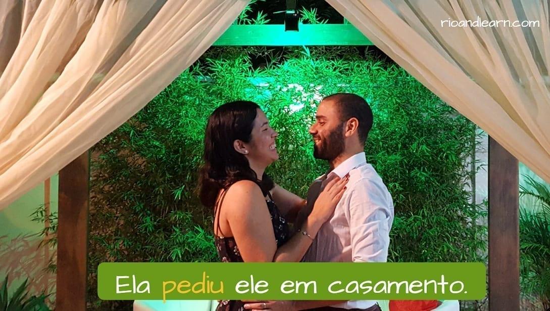 Exemplo com o verbo pedir em português: Ela pediu ele em casamento. Diferença entre pedir e perguntar.