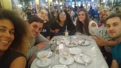 Estudiantes de la Rio & Learn en una mesa de la Confeitaría Colombo.