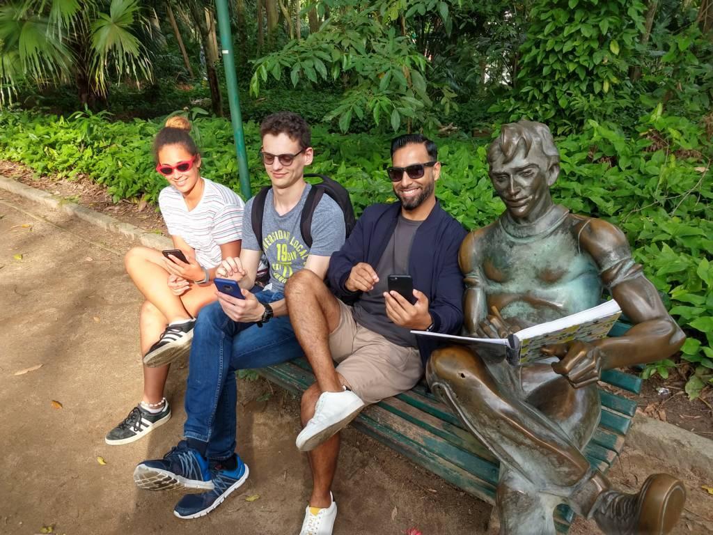 Estudiando portugués con una estatua amiga en el Parque Lage.