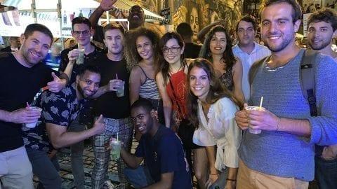 Estudiantes en la noche más loca en Pedra do Sal.