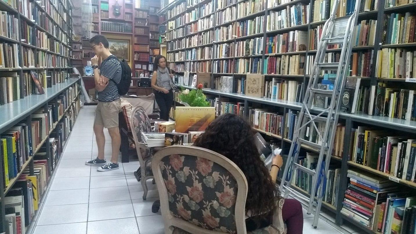 Estudiantes comprando libros y café en el centro histórico de Río de Janeiro.