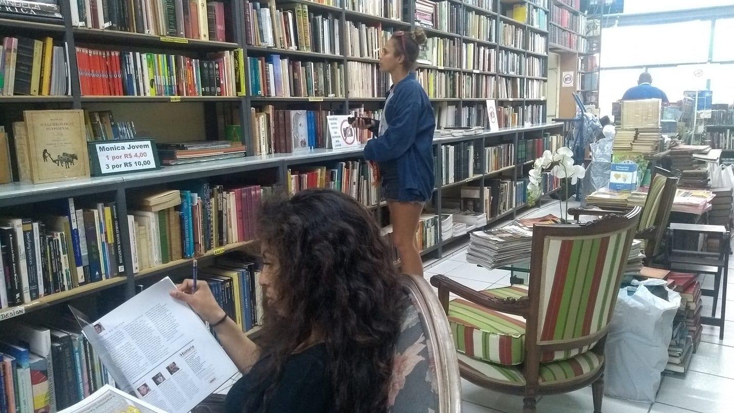 Estudiantes en una librería en el centro.