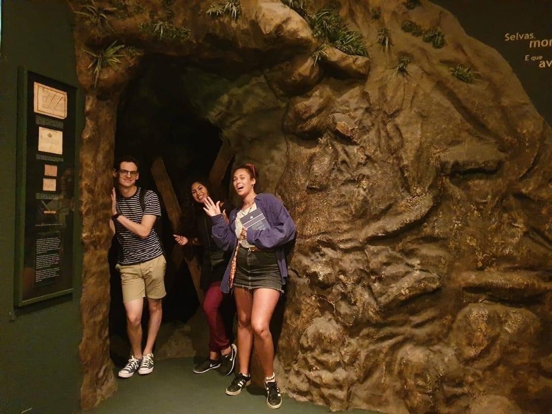 Estudantes dentro da caverna no CCBB, Rio de Janeiro.