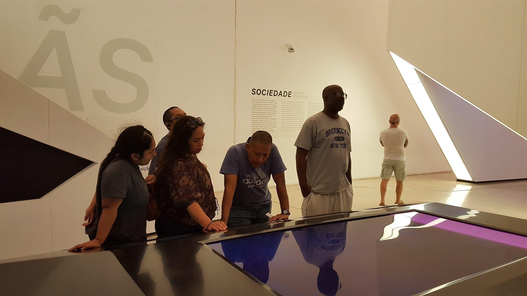 Guillermo y su familia descubriendo su huella ecológica en el Museo del Mañana de Río.