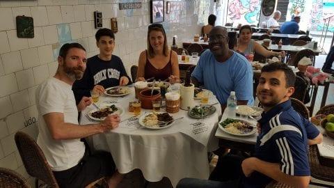 Podemos comer mais Feijoada? Estudantes comendo Feijoada no Bar do Mineiro em Santa Teresa.