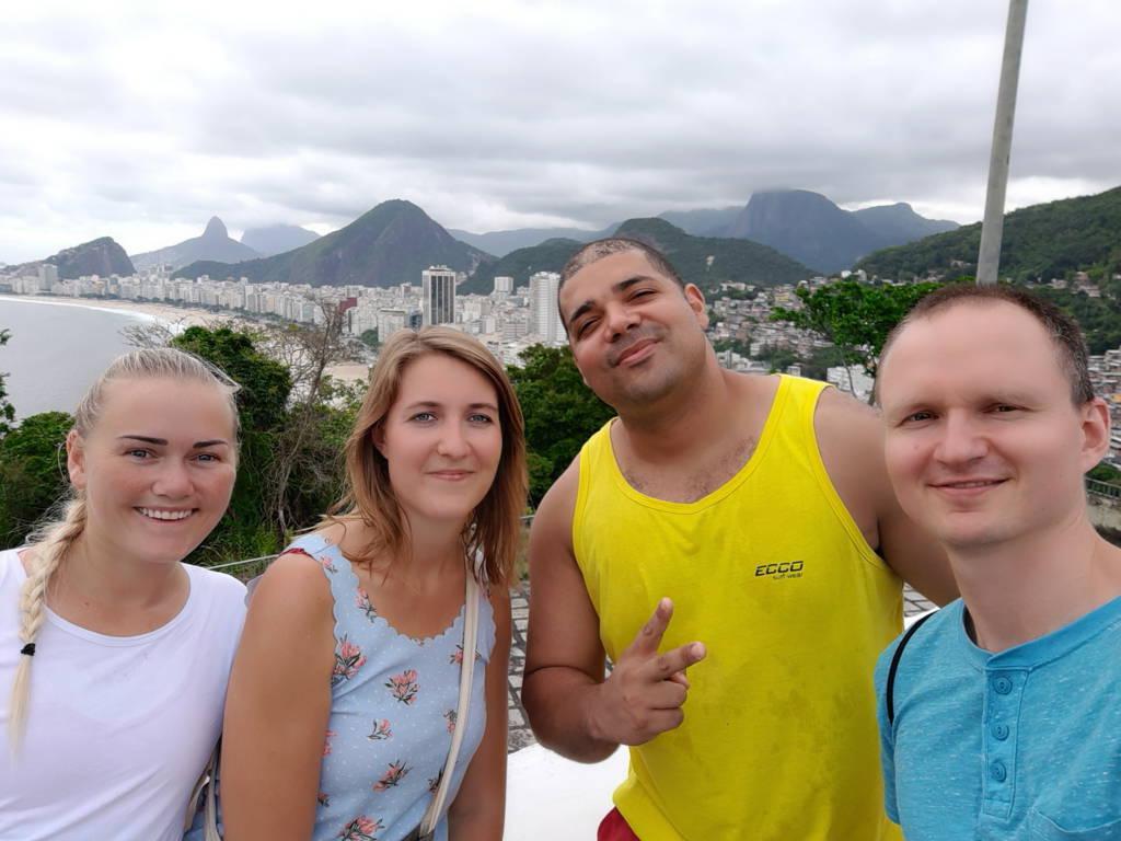 Lindos con nuestro profesor de portugués.