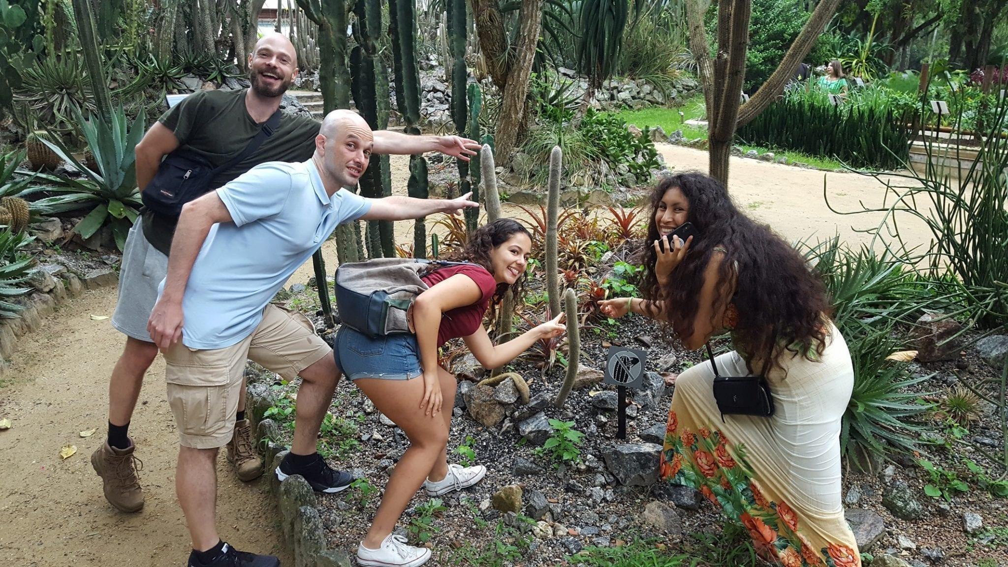 Estudantes fingindo tocar nos cactos do Jardim Botânico do Rio de Janeiro.