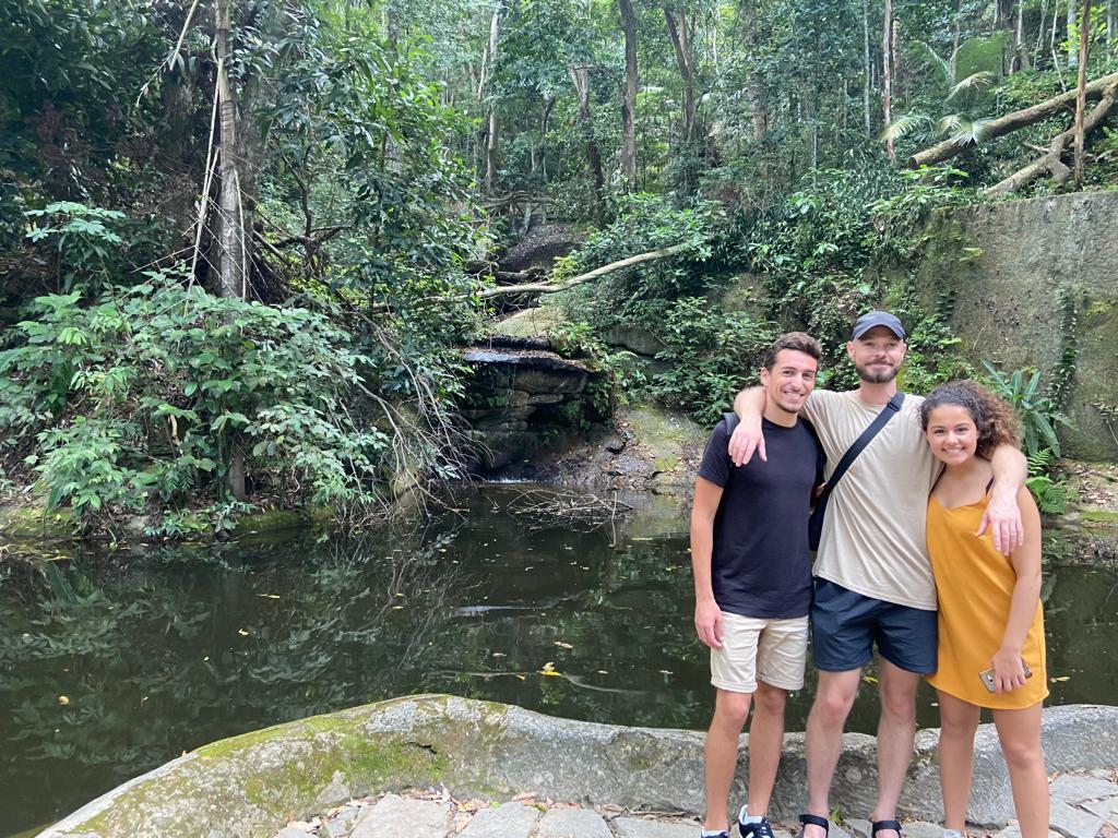Alunos em frente a cachoeira na floresta