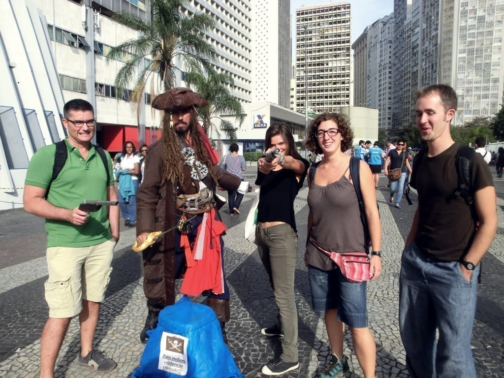 Divirtiéndonos con Jack Sparrow junto a la Catedral.
