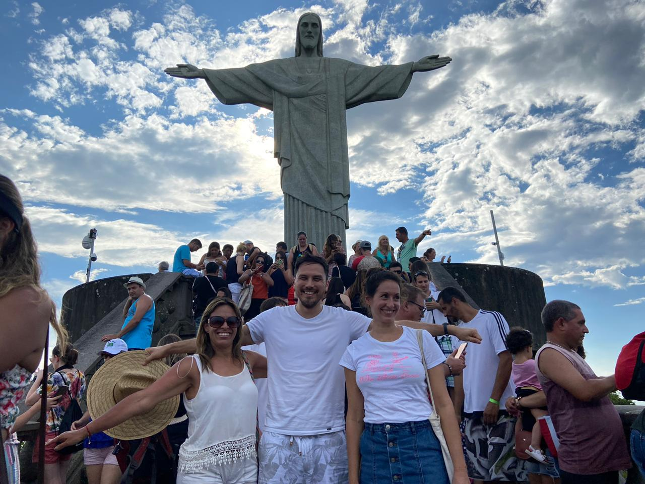 Visit to the Redeemer. Students in front of Christ the Redeemer
