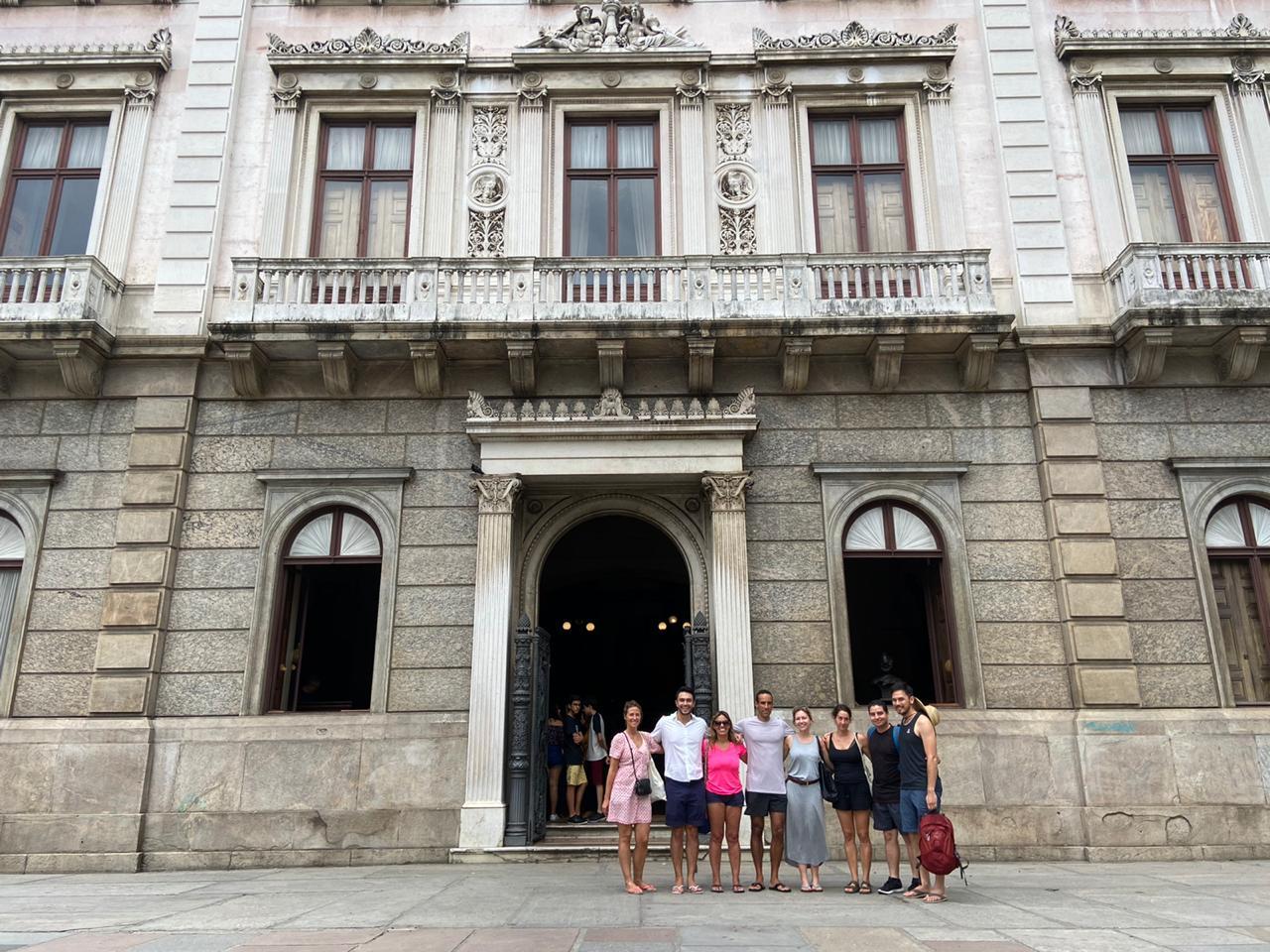Los estudiantes en frente al Palacio de Catete.