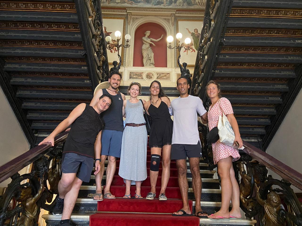 Estudiantes en las escaleras del Palacio de Catete.