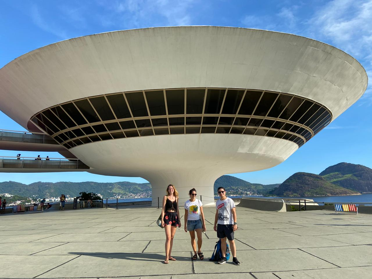 Students in front of the MAC in Niterói
