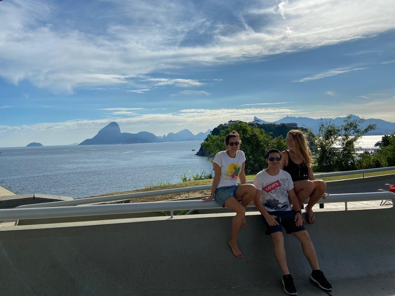 Alunos no MAC em Niterói em frente ao Pão de Açúcar