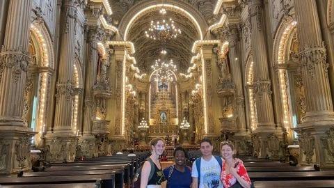 Estudiantes en la Iglesia de San Francisco de Paula.Students in the Church of São Francisco de Paula
