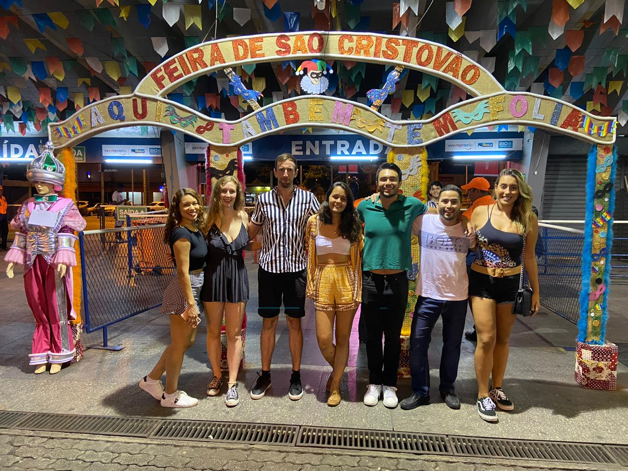 Students at the entrance of the São Cristóvão Fair