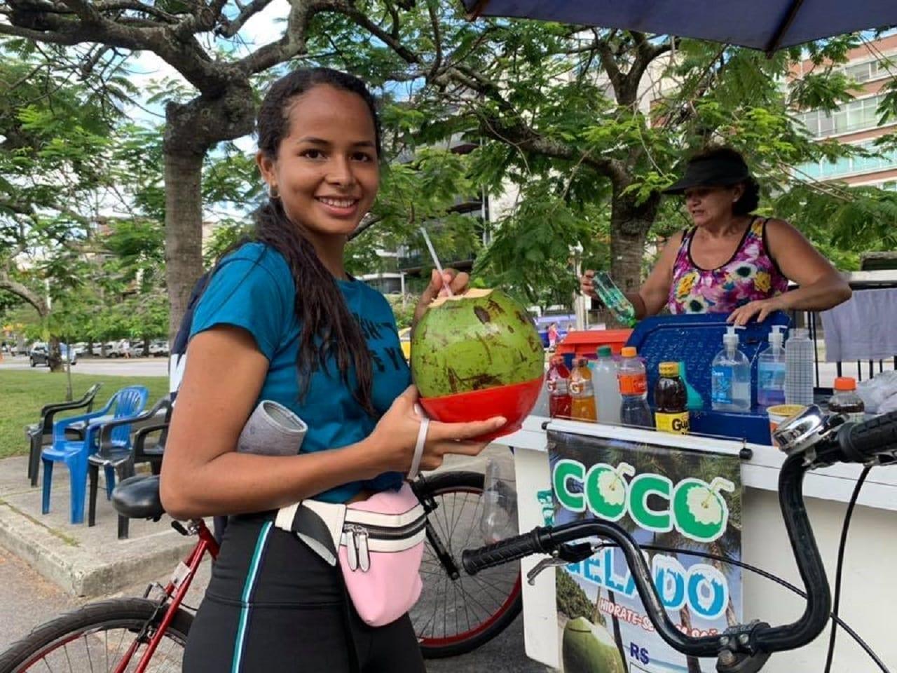 Nuestra alumna tomando agua de coco.