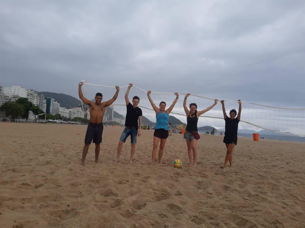 Jugando a Voleibol y haciendo amigos.