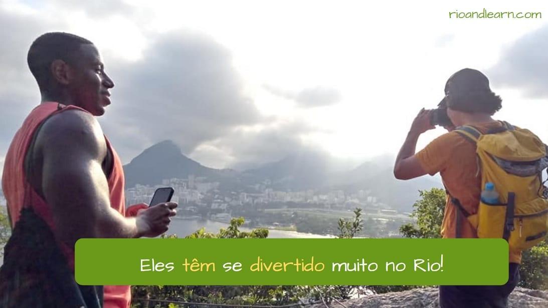 Ejemplo con el Pretérito Perfecto Compuesto en Portugués: Eles têm se divertido muito no Rio.