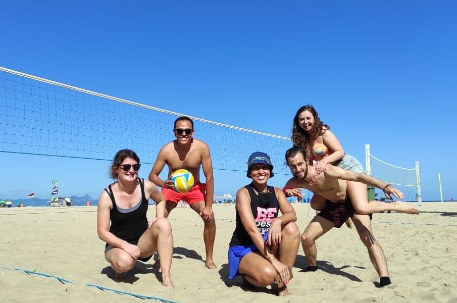 Nós tivemos muita diversão jogando vôlei de praia em Copacabana