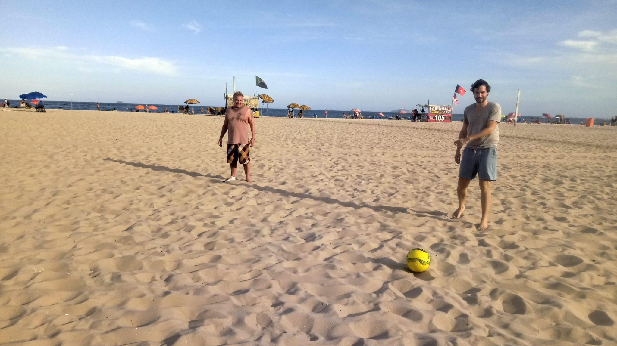 El tiempo estaba perfecto jugando futbol en la playa.
