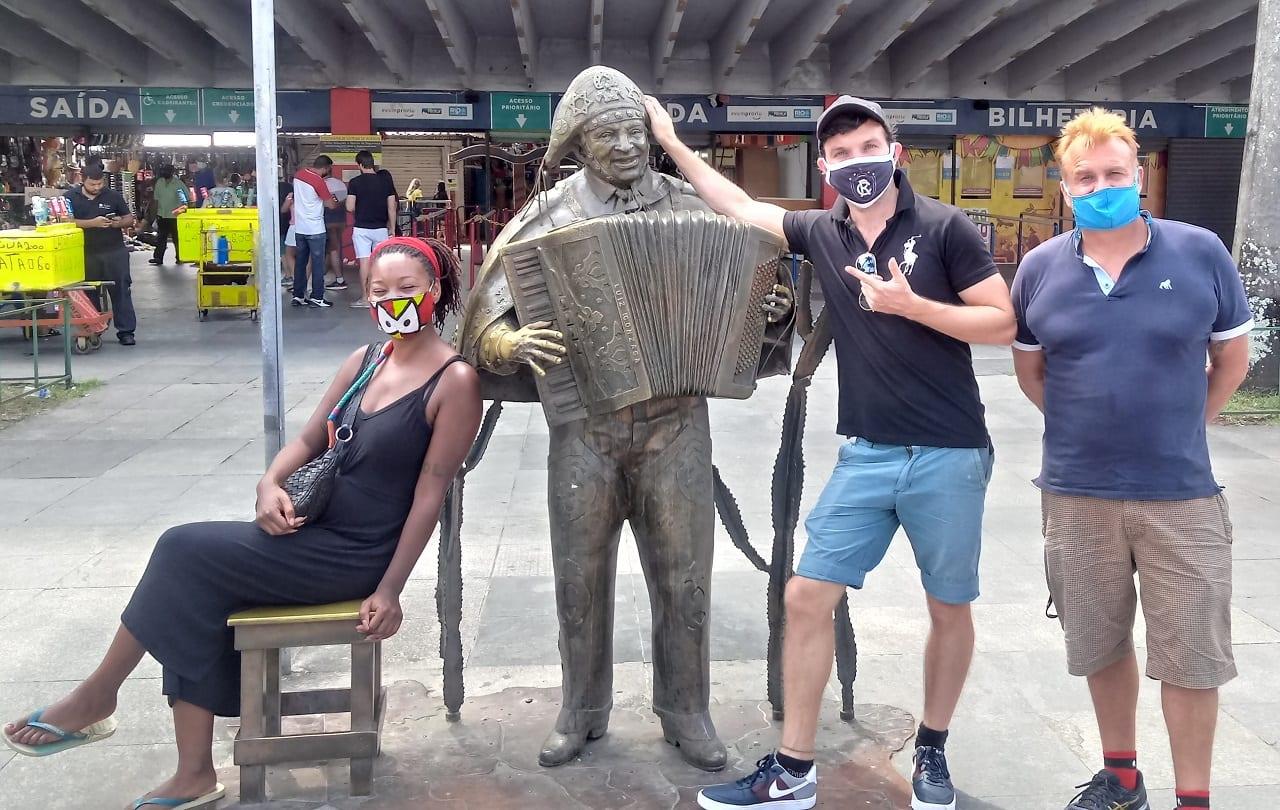 Bromeando con la estatua de Luiz Gonzaga antes de empezar disfrutando de Bebidas y Música Brasileña en la Feria.
