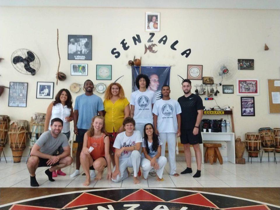 Melhor Forma de Aprender Português. Imersão Real. Aprenda português no Brasil. Foto de alunos da Rio & Learn durante a RioLIVE! onde eles aprenderam a jogar capoeira.