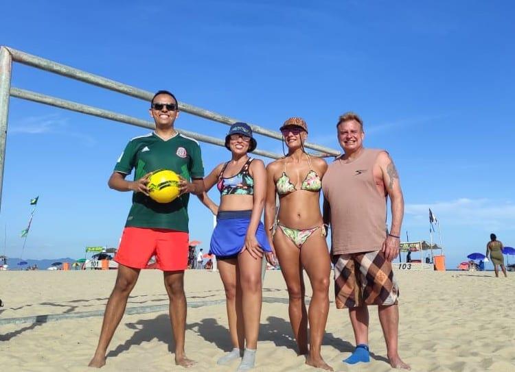 Tuvimos un día increíble jugando fútbol mixto en la playa.
