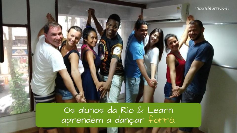 Ejemplo de acentos en portugués: Os alunos da Rio & Learn aprendem a dançar forró.