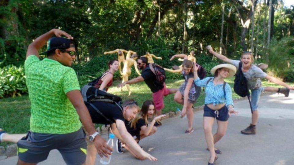 Melhor Forma de Aprender Português. Imersão Real. Aprenda português no Brasil. Alunos da Rio & Learn imitam as estátuas do Jardim Botânico durante uma atividade da RioLIVE!