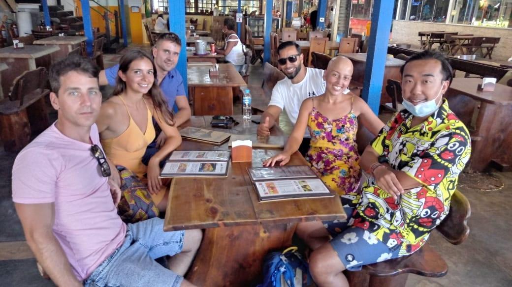 Alunos da Rio & Learn têm aulas ao ar livre para diminuir o risco de contaminação com Covid no Brasil.