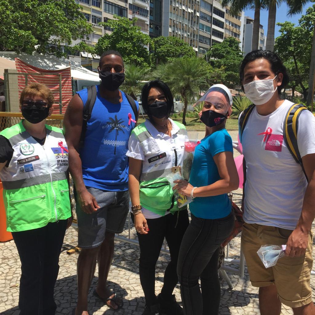 Alunos da Rio & Learn vão a um parque para ter aula com máscaras durante a pandemia do covid no Brasil..