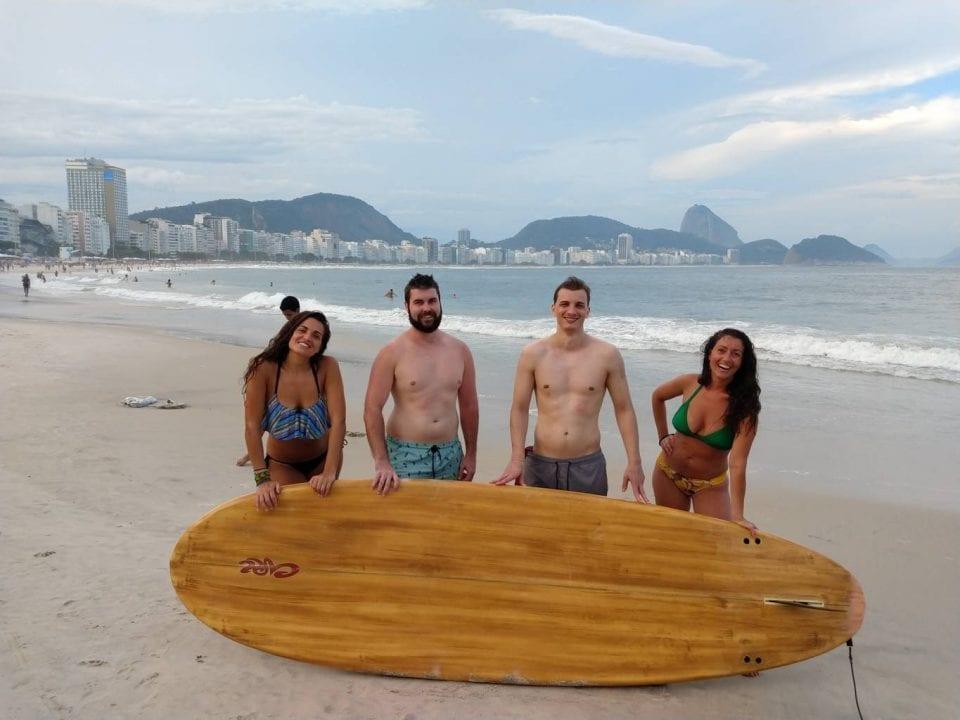 Melhor Forma de Aprender Português. Imersão Real. Aprenda português no Brasil. Alunos da Rio & Learn fazem stand-up paddle durante uma atividade da RioLIVE!