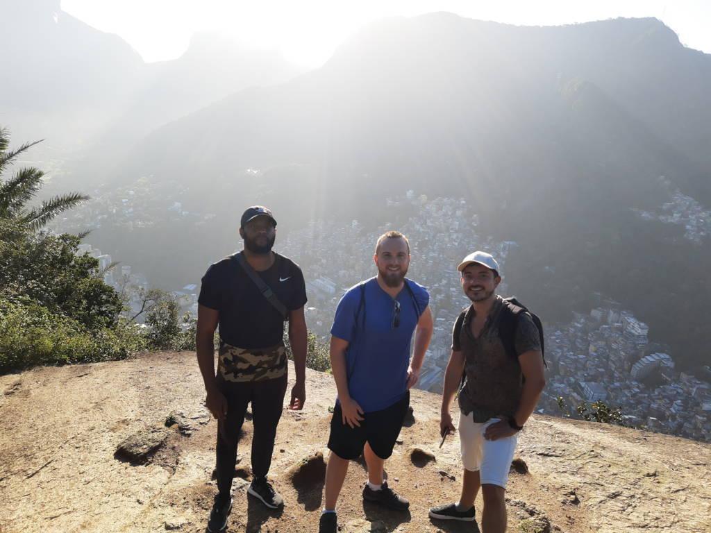 Subiendo al morro con la favela Rocinha detrás.
