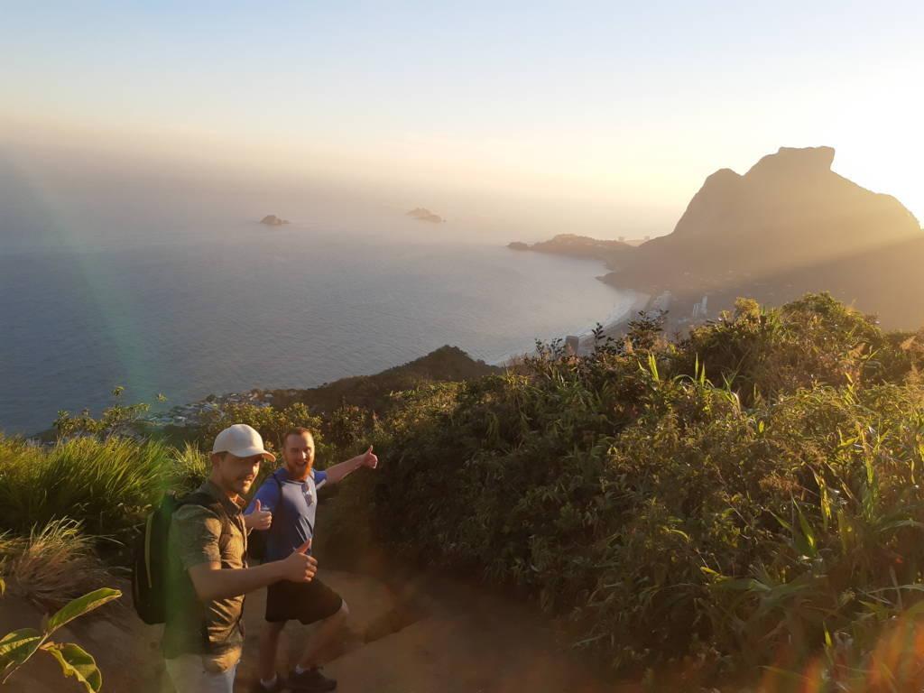 Bajando con la puesta de sol del Morro de los Dos Hermanos.