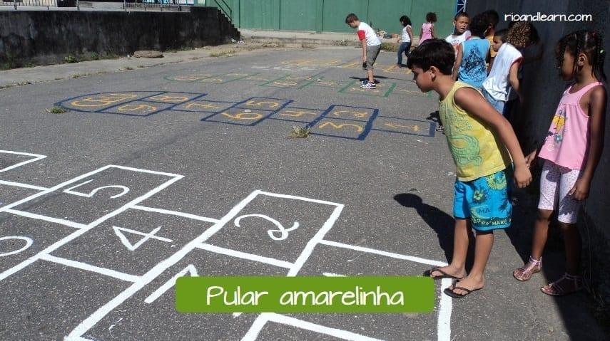 Exemplo de brincadeiras infantis no Brasil: Pular amarelinha.