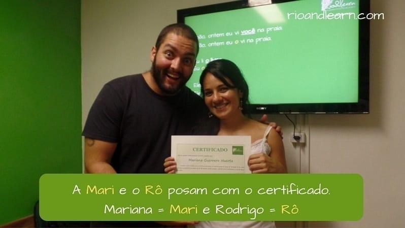 Apelidos Brasileiros. A Mari e o Rô posam com o certificado. Mari é o apelido que usamos para Mariana e Rô é apelido que usamos para Rodrigo