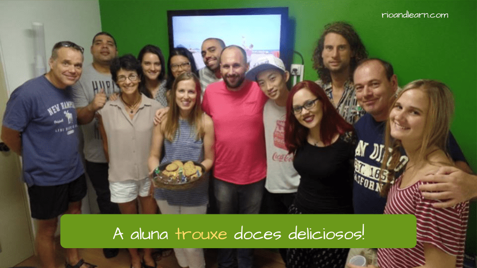 Conjugation of the Verb Trazer in Portuguese. A aluna trouxe doces deliciosos!