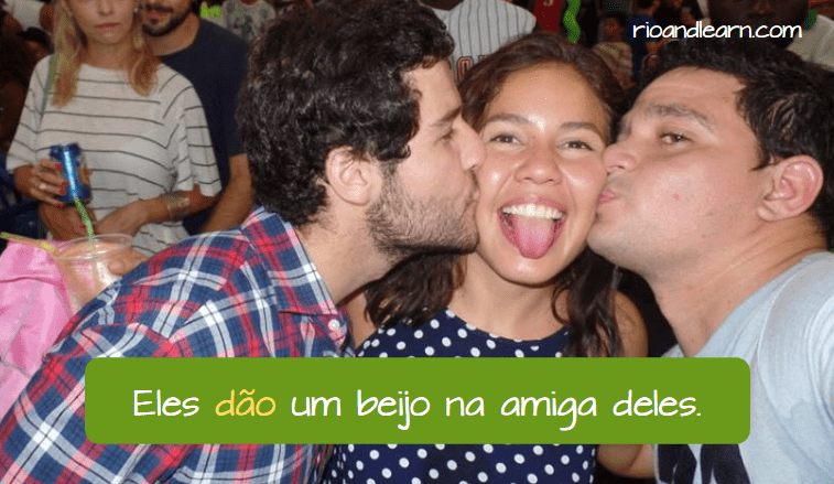 Example with give in Portuguese: Eles dão um beijo na amiga deles.