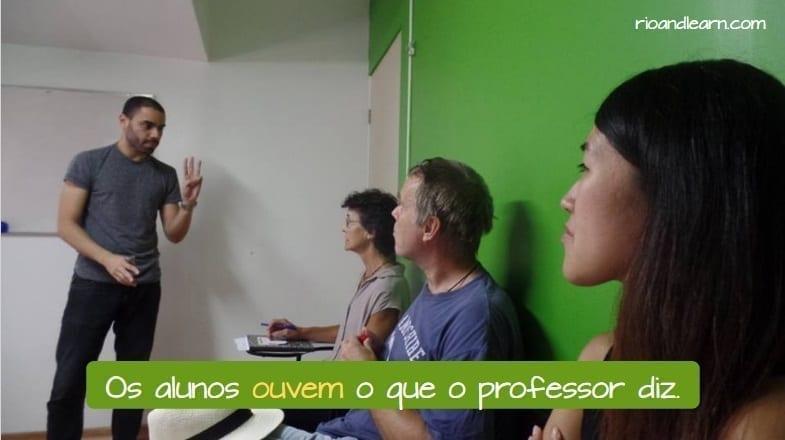 Os alunos ouvem o que o professor diz. Ouvir in Portuguese.